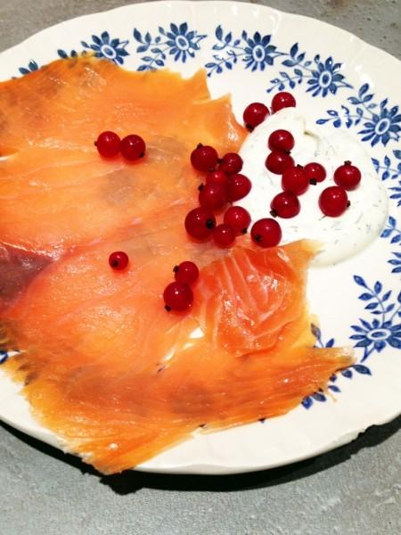 Entrée express : saumon fumé, crème à l'aneth et aux groseilles