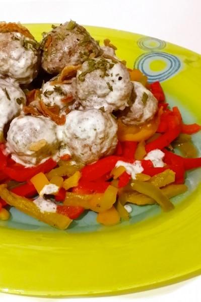Boulettes de boeuf sauce yaourt-ciboulette et poivrons poêlés