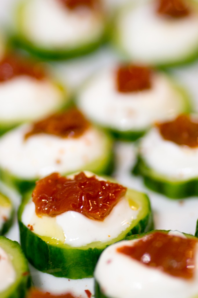 Canapés de concombre au yaourt grec et tomates séchées