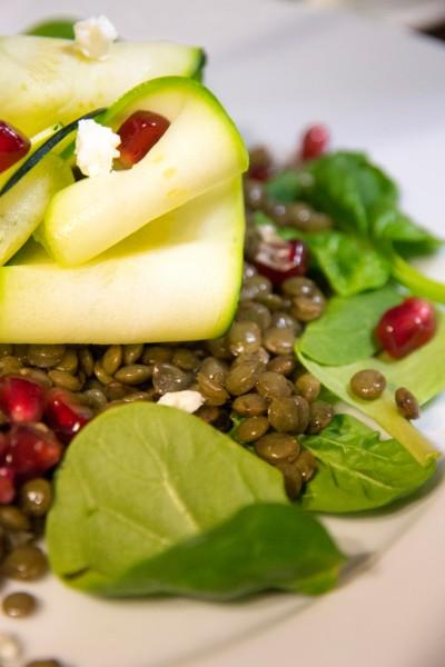 Entre l'hiver et le printemps, salade de lentilles aux jeunes pousses, courgette grillée, feta et grenade