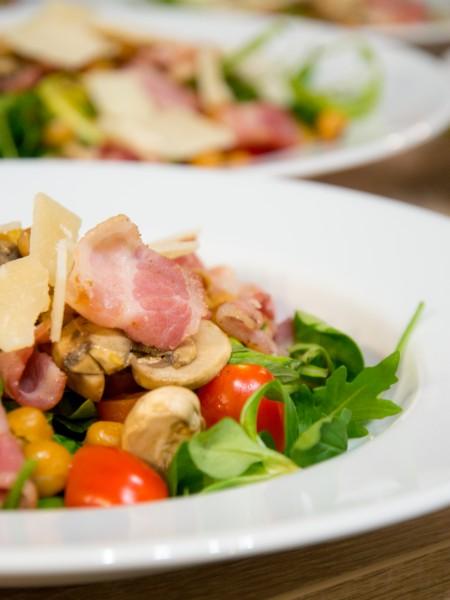 Salade tiède de pois chiches, bacon grillé, parmesan, champignons et tomates cerises