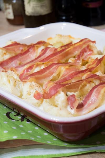 Parce qu'on peut-être au régime et associer lard, fromage et pommes de terre.... Gratin de chou-fleur et pommes de terre au lard et à la cancoillotte !