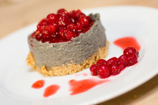 Cheesecake au sésame noir et groseilles