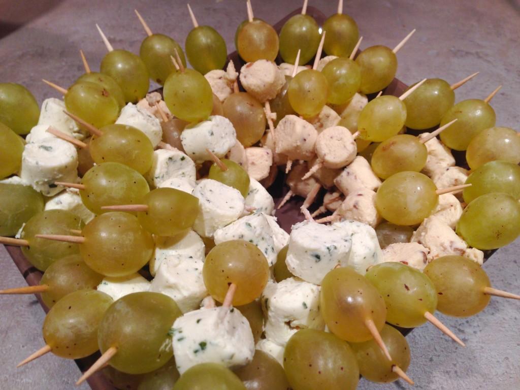Mini-brochettes apéritives raisin blanc et fromage frais