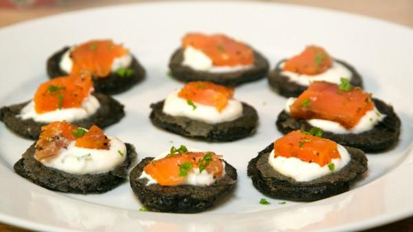 Black blinis à la purée de sésame noir et saumon fumé