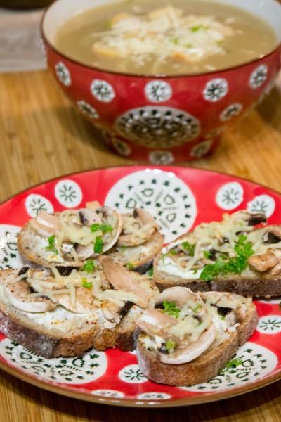 Soupe à l'oignon et tartines de champignons grillés