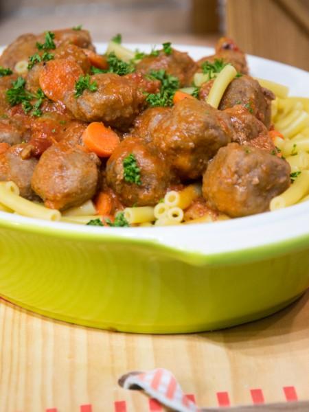 Macaronis sauce tomate aux boulettes de boeuf et carottes