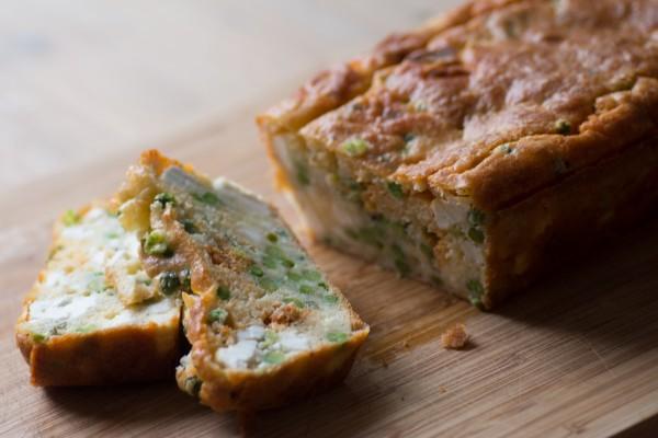 Cake chorizo, feta, petits pois et menthe du jardin