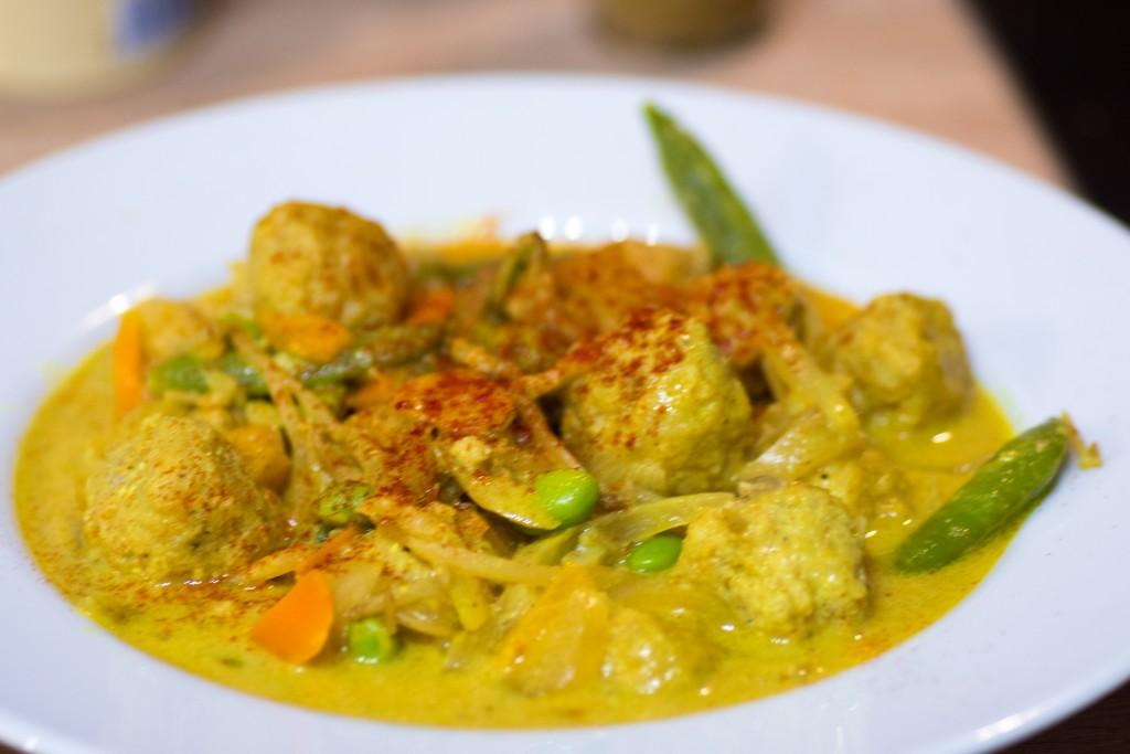 Curry aux boulettes de poisson et petits légumes